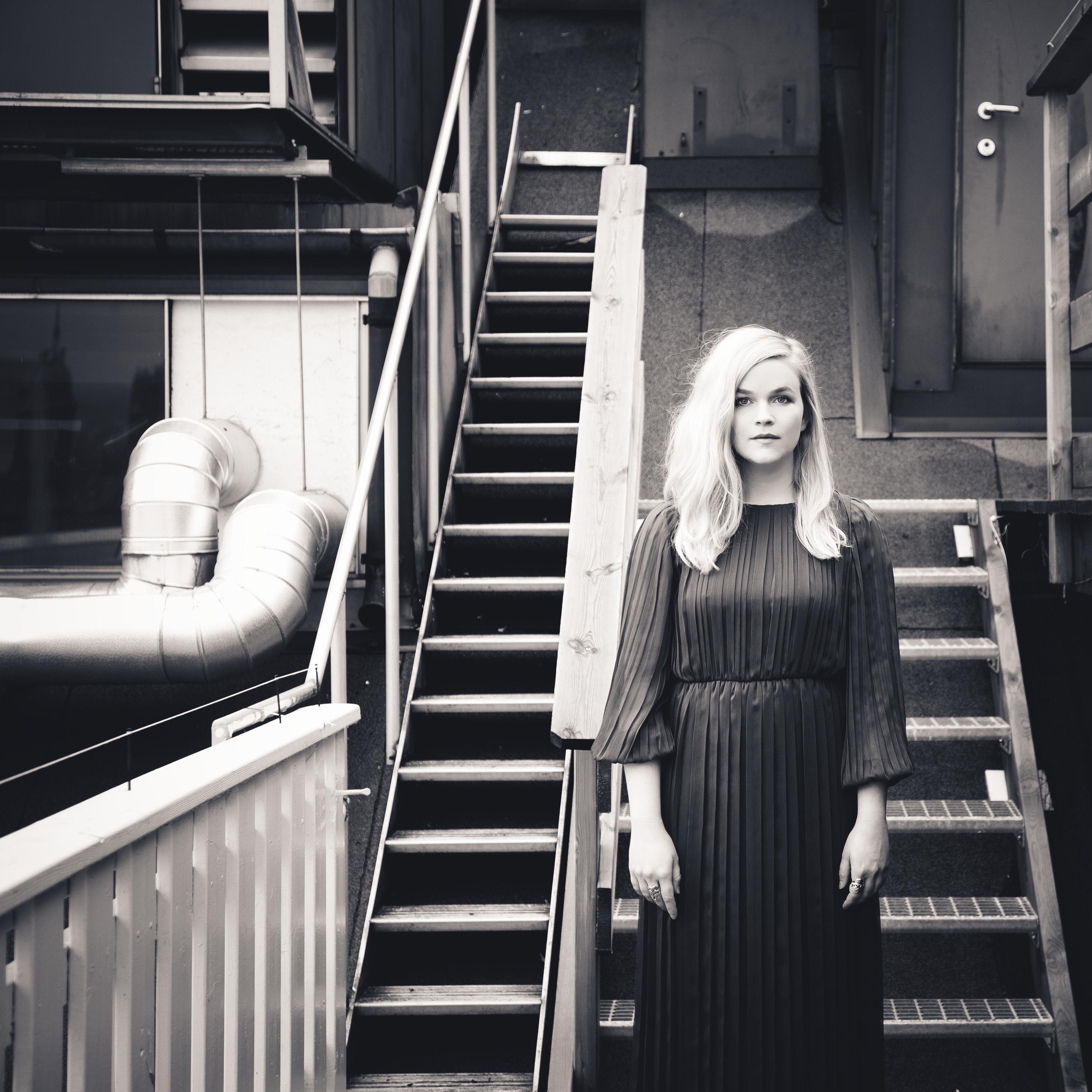 Med Gåtes braksuksess frisk i minne – både i inn og utland – og en debutplate som solgte over 40.000 eksemplarer, har EMI forventninger til hva Sundlis klokkeklare stemme kan synge inn av salgstall
