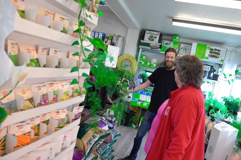 -Det er god stemning her på Lamon, og mange hyggelig kunder som stikker innom og er nysgjerrige. Vi prøver så godt vi kan å hjelpe og gi råd, og noen ganger kommer kundene med nye planter og frø til oss, da er det en ekstra god dag, forteller butikksjef Per-Einar Matzow entusiastisk.