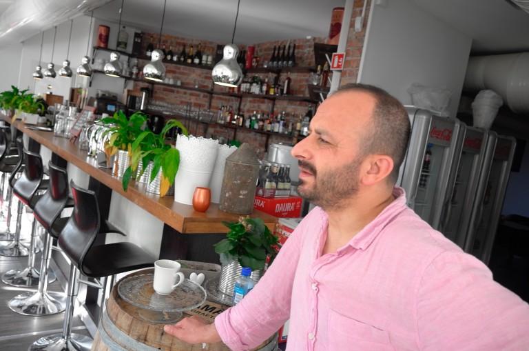 Kafeinnehaver Nazif Tunc ved Ladejarlen spiseri i Trondheim