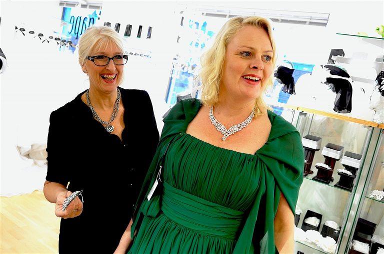 -Bjørg er veldig flink til å se an hva som vil passe, ofte er det den første kjolen hun kommer med som blir den jeg velger, sier Åae-Rakel Bøhn.