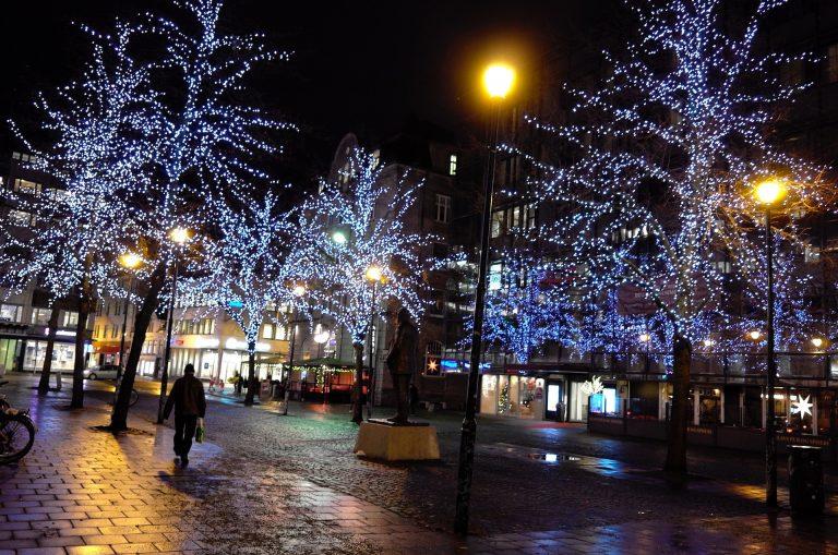 Cicignons plass er en av stedene i Midtbyen som har fått julelysene tent allerede. I helga kommer adventsstemningen flere steder.