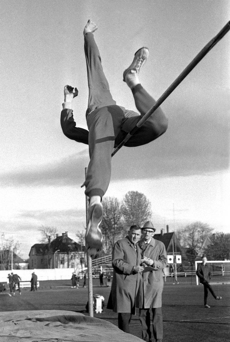 Fra åpningsstevnet på Stadion. Datidens dykkstil. 27/5-1966