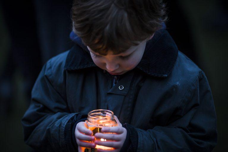 Barna får med seg at de voksne snakker om hva som har skjedd. Bildene på nett og TV kan gjøre barn triste og redde. Mange barn synes det derfor er fint å kunne være med på minnemarkeringer. Not Reuters,Getty,AP,AFP,PA