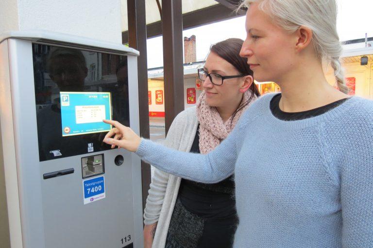 Enklere å betale. Med de nye forskriftene skal det bli enklere å betale for parkering – uten å bruke betalingsautomatene. Markedsansvarlig Gunn Helene Nordgaard (t.v.) og salgsansvarlig Camilla Perron tror på en bedre parkeringshverdag for deg og meg.