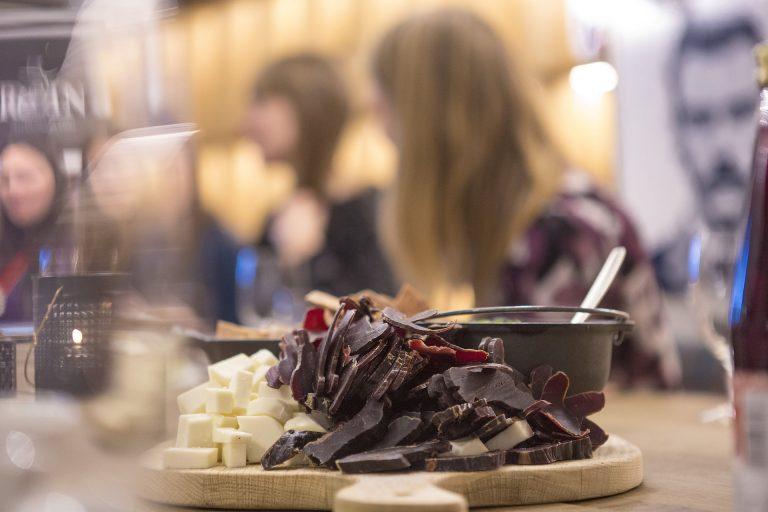Tråante 2017 byr på mange samiske mattradisjoner og smaksprøver i de 12 lavvoene som settes sammen til en på Torvet i Trondheim i februar. Foto: Wil Lee-Wright