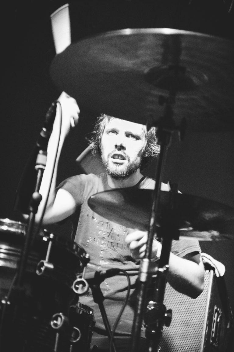 Trommer og slagverk er både jobb og lidenskap for Thomas Järmyr. Han reiser Europa rundt og spiller med mange ulike band, og er involvert i en rekke musikalske prosjekter. Foto: Juliane Schütz
