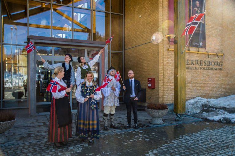 De ansatte ved Sverresbørg, Trøndelag Folkemuseum, ønsker velkommen til åpent hus på 17.mai. Foto: Joakim Halvorsen