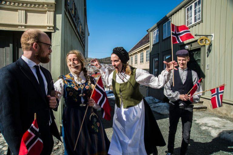 Museumspedagogene har mange ulike roller og på Sverresborg Folkemuseum har de både rekvisittlager, kostymeavdeling og egen dramapedagog (Rakel Sivertsen, nummer to fra høyre). Foto: Joakim Halvorsen